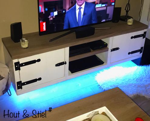 Tv-meubel gemaakt van eikenhout en steigerhout white wash met licht