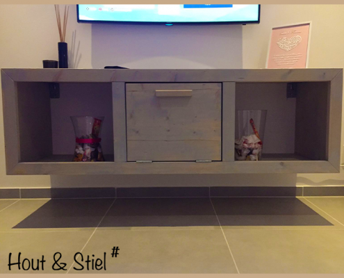 Tv-meubel met klapdeurtje van nieuw steigerhout behandeld met grey wash