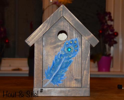 Vogelhuisje gemaakt van nieuw steigerhout behandeld met grey wash en beschilderd met blauwe veer