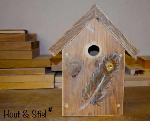 Mooi vogelhuisje van oud steigerhout met beschildering